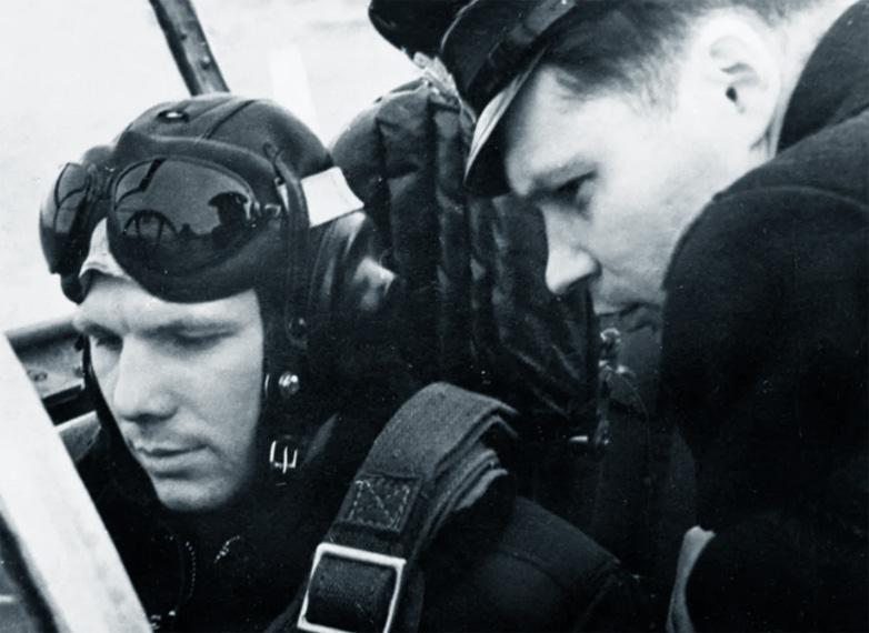 Гагарин в кабине самолёта